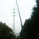 Stavba sloupů elektrického vedení na Cukráku